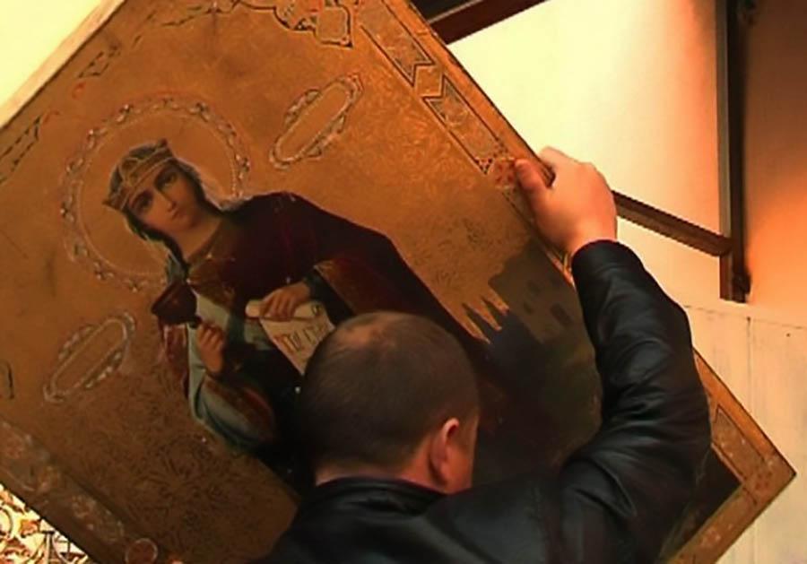 Гражданин Владимира похитил икону и упрятал еевстиральной машине