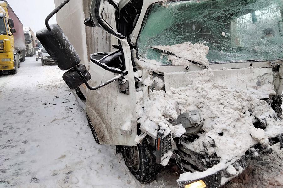Во Владимирской области спасатели деблокировали пострадавшего в результате аварии двух фур