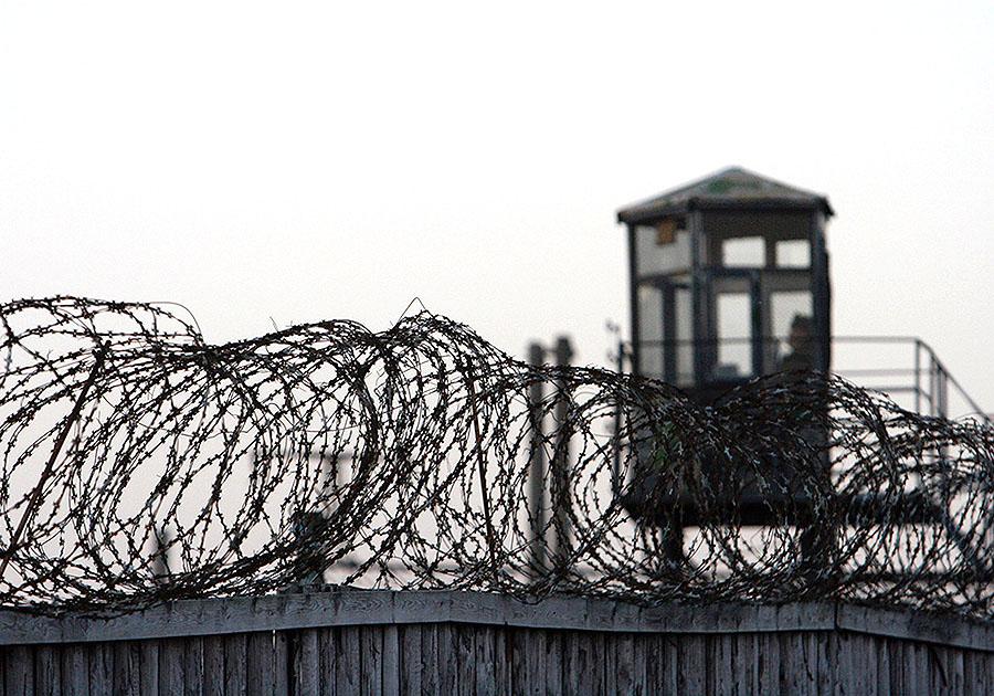 Работник колонии доставлял заключенным мобильные телефоны и спирт
