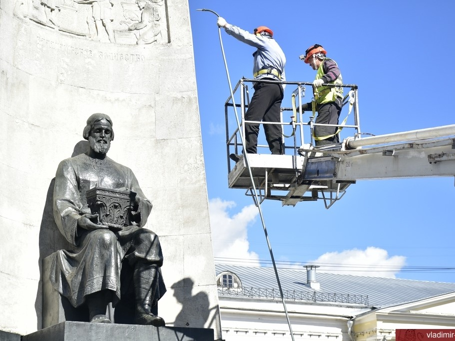 Во Владимире отмыли памятник в честь 850–летия столицы губернии