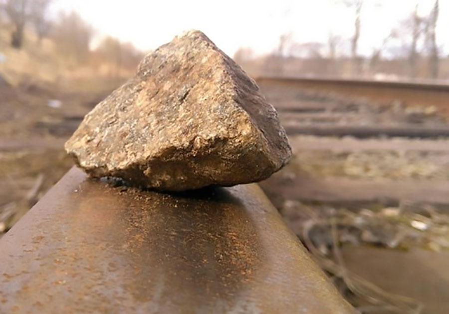 ВСеливаново ребенок едва непустил поезд под откос