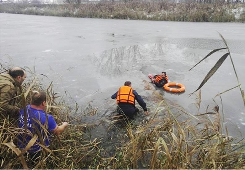 ВСуздале работники МЧС достали утопающего изледяной воды