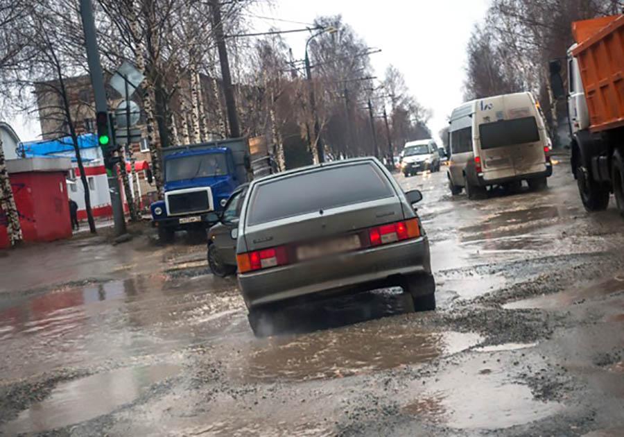 Медведев: Семь регионовРФ получат наремонт дорог 2,5 млрд руб.