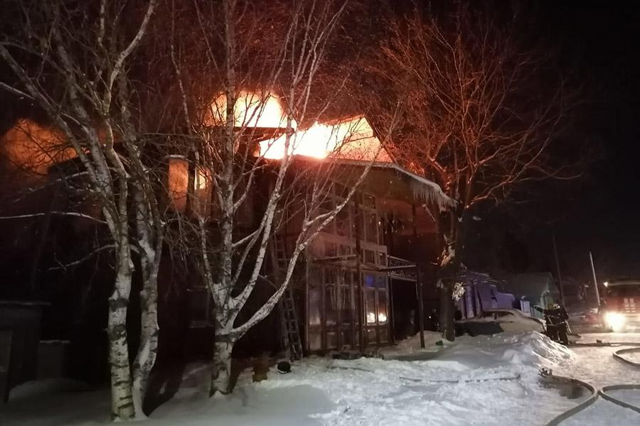 В Суздале 23 человека тушили пожар в двухэтажном доме