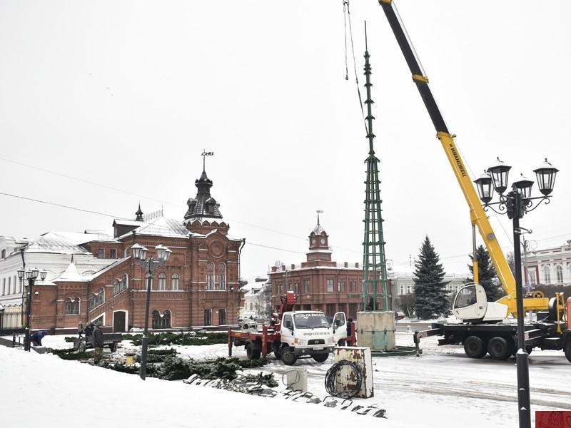 Во Владимире начали установку городской елки на Соборной площади