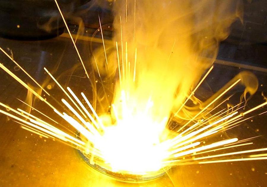 Начинающий алхимик умер, пытаясь приготовить золото накухне